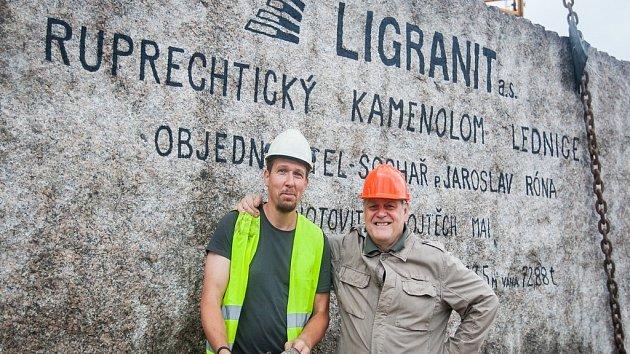Pracovníci kamenolomu a specializované firmy vytahovali 18. července pomocí jeřábu téměř 73 tunový žulový kvádr. Monolit o objemu 27,5 metrů krychlových bude sloužit jako materiál pro sochaře Jaroslava Rónu (na snímku vpravo).