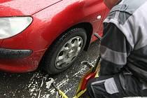 ZŮSTANOU HLAVNĚ PRO NEJVĚTŠÍ HŘÍŠNÍKY. Botiček bude příští rok ubývat. Po zavedení nového softwaru, který budou mít strážníci v autě, by se jich měli bát už jen největší hříšníci mezi řidiči.