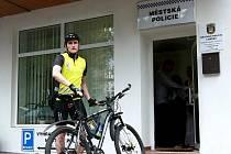 I NA KOLE. Okrskář Tomáš Ponížil bude jezdit po sídlišti hlavně na kole.