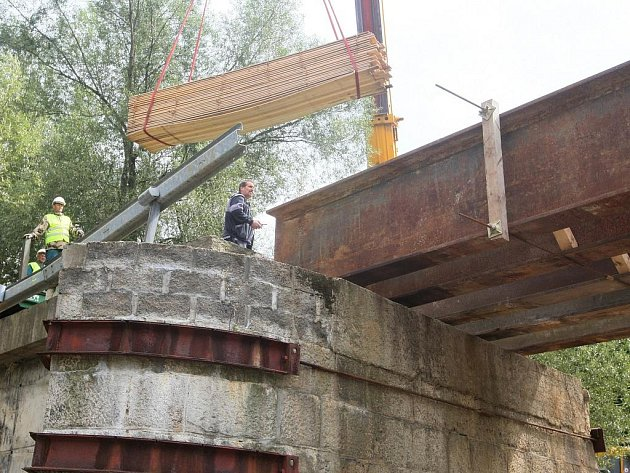 Jediný most, který spojoval fabriku Damino s dalšími přístupovými cestami, vzala povodeň. V současnosti se staví nový.