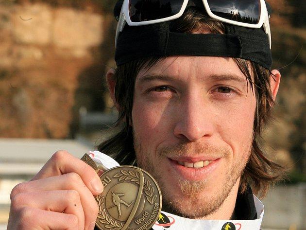 Jaroslav Soukup s medailí z mistrovství světa v biatlonu.