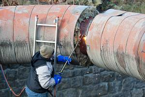 Dělníci rozebírají potrubí před Krajským úřadem v Liberci