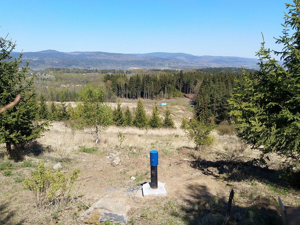 Pohled z vrcholu výsypky bývalého lomu Hájek směrem k dolní části, kde bude probíhat dekontaminace vody.
