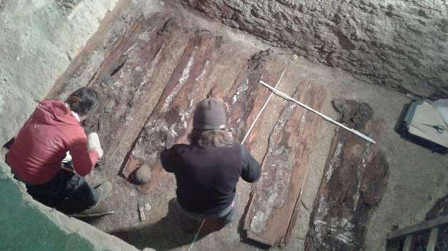 Nečekaný objev učinili archeologové v rámci oprav arciděkanského kostela sv. Antonína v Liberci. Zcela náhodně totiž objevili pod hlavním oltářem kryptu s devíti rakvemi.