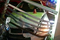 Celkem sedm poškozených automobilů. To je bilance dopravní nehody řidiče pod vlivem alkoholu a drog.