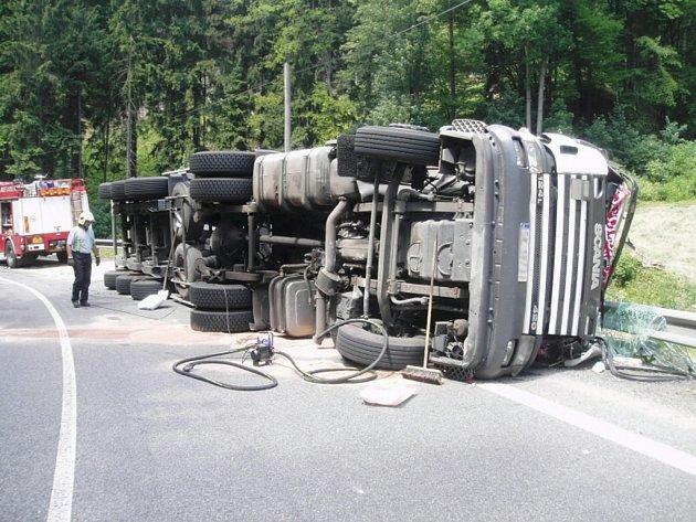 JEL PŘÍLIŠ RYCHLE.  Převrácený nákladní vůz, naplněný po okraj obilím, zatarasil na několik hodin silnici mezi Železným Brodem a Loužnicí.