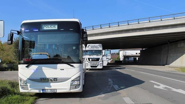 Služební policejní autobus a speciální TOP SPEED TEAM.