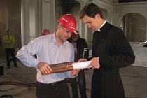 VZKAZ PŘÍŠTÍ GENERACI vložili v kovovém tubusu zpět do makovice kostela zástupci všech firem, které se podílejí na rekonstrukci.