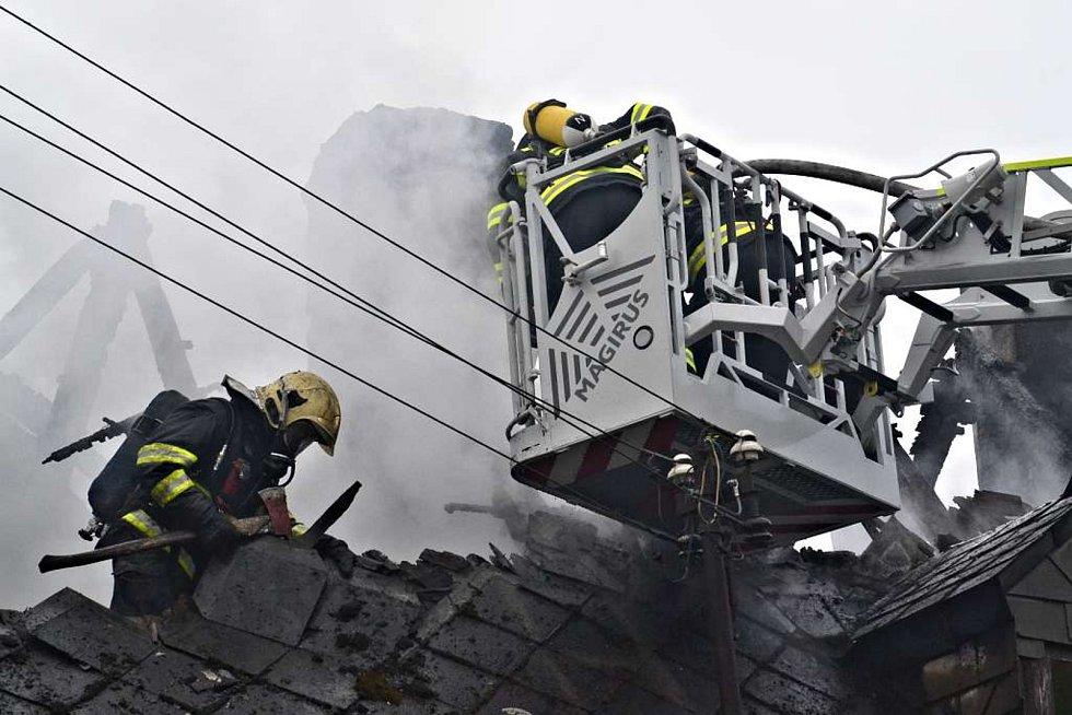 V sobotu 1. prosince zasahovaly krajské jednotky hasičů u požáru rodinného domu v Chrastavě.