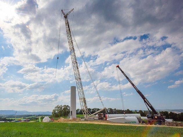 První ze třinácti větrných elektráren už začíná růst. Dodavatel turbín je německá firma Senvion, provozovatelem elektráren pak pražská firma Cergeros.