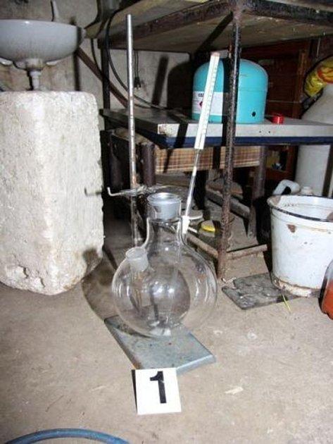 KRIMINALISTÉ objevili vsuterénu domu varnu a chemikálie pro výrobu pervitinu. Muž měl vdomě ivyrobený pervitin.