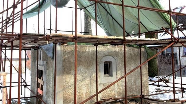 Liberecký magistrát opravuje památky, mezi jinými i tuto kapli svatého Vavřince v liberecké čtvrti Pilínkov. Ta by se měla dočkat nové střechy a zvonku.