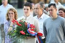 K památníku obětem sovětské okupace položili v den 42.výročí květiny politici, vojáci, vojenští veteráni Sokolové, pamětníci událostí či pozůstalí obětí.