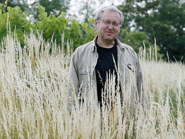 VÁCLAV CÍLEK, známý český geolog a klimatolog, se ve své práci zabývá především změnami klimatu a prostředí, vývojem české krajiny a vztahem mezi přírodou a civilizací. Ví také, jak vznikají bleskové povodně a proč se s nimi setkáváme až v dnešní době.