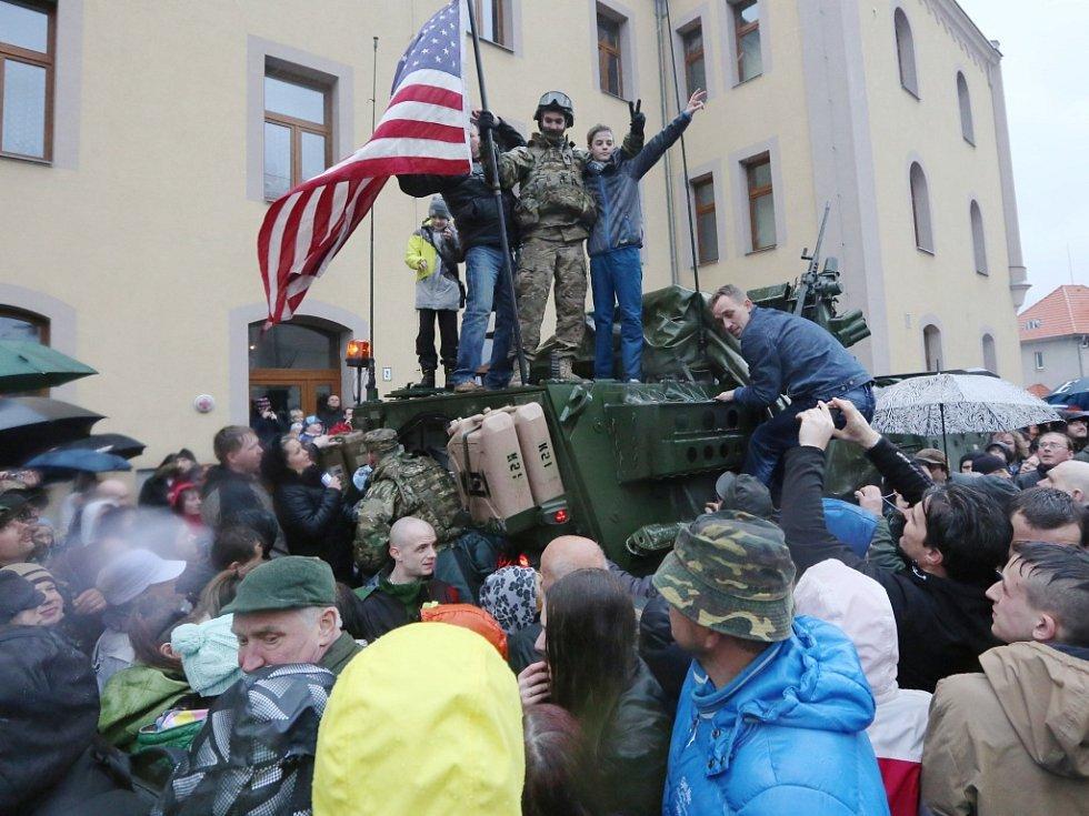 V Liberci uvítala americký konvoj tisícovka příznivců. Dešti navzdory. O prohlídku techniky byl obrovský zájem. Vojáci se dokonce podepisovali do památníčků (na snímku).