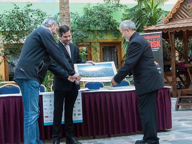Vernisáž nejlépe hodnocených fotografií soutěže Zaostřeno na Jizerky uspořádali její organizátoři z Nadace Ivana Dejmala pro ochranu přírody v úterý 25. září.