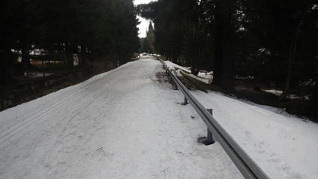 Silnice přes Souš.