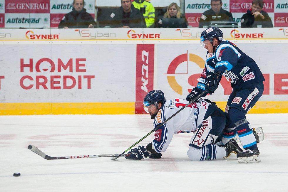 Utkání 39. kola Tipsport extraligy ledního hokeje se odehrálo 12. ledna v liberecké Home Credit areně. Utkaly se celky Bílí Tygři Liberec a HC Vítkovice Ridera. Na snímku zleva Marek Hrbas a Daniel Špaček.