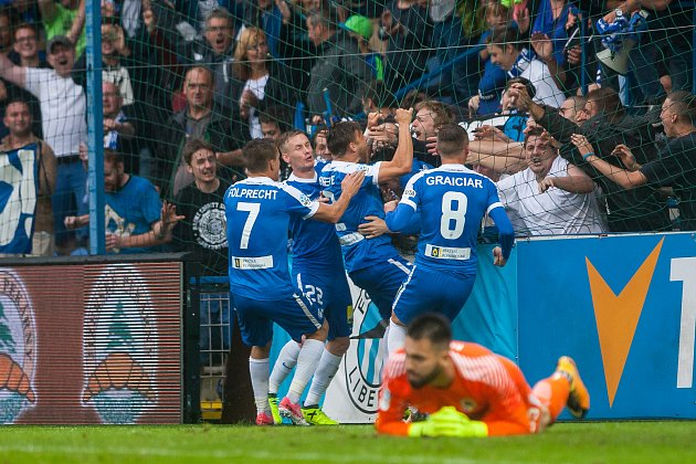 Zápas 3. kola první fotbalové ligy mezi týmy FC Slovan Liberec a AC Sparta Praha se odehrál 13. srpna na stadionu U Nisy v Liberci. Na snímku radost hráčů Liberce.