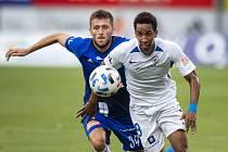 HON NA MÍČ. Liberecký Jhon Mosquera (v bílém) se snaží dostat k míči v utkání 1. kola FORTUNA:LIGY mezi Sigmou Olomouc a Slovanem Liberec (1:0).