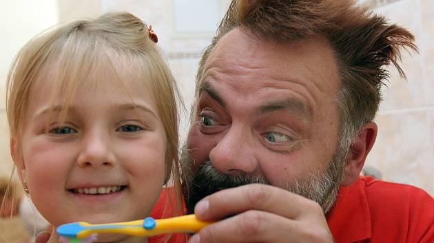 Václav Upír Krejčí vysvětlil zábavnou formou předškolákům, jak pečovat o chrup. Na snímku s Anetkou Karplovou.