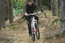 Singltrekovou stezku si včera i přes prudký vítr a chladné počasí vyzkoušeli první cyklisté.