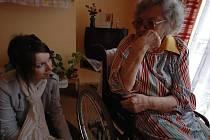 MILUJE KERAMIKU. Obyvatelka Domova pro seniory Marie Strašilová má plný pokoj keramických váziček, hrníčků, přívěsků. Těší se, až zase bude hodina keramiky.