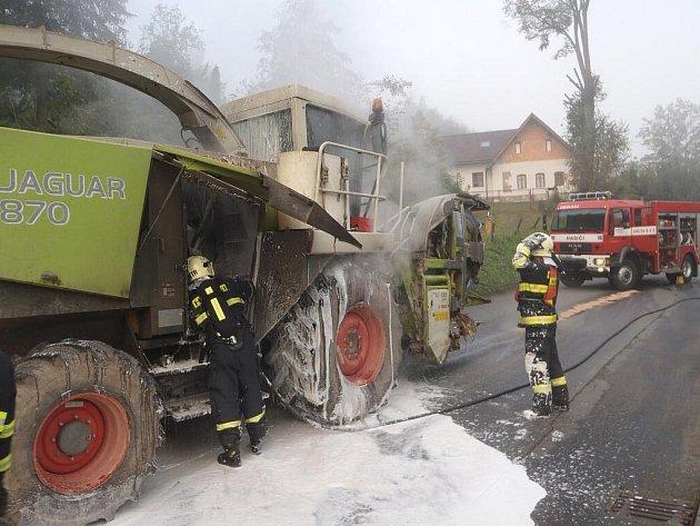 Hořící kmbajn v Košťálově.