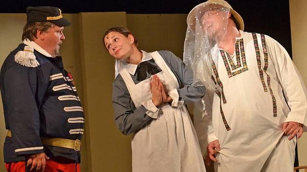 MAM'ZELLE NITOUCHE. Netradičně pojatou operetu si s chutí zahráli členové domácího DS. Krakonoš.