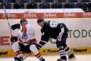 ZATÍM POSLEDNÍ konfrontace se švédským hokejem: Petr Nedvěd (v tmavém) proti Jonasu Berglundovi z HF Luleå v zářijovém utkání European Trophy v Liberci.