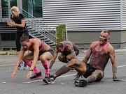 TĚSNĚ PŘED CÍLEM potrápili závodníky tzv. humusáci, u kterých museli jít zúčastnění ze stoje do kliku, zpátky na nohy a do lehu. Všechna stanoviště si užili třikrát a většinu cviků po dvaceti opakováních.