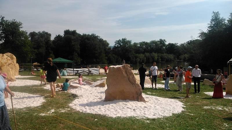 Pískovcové skalky v Autokempu Sedmihorky poslouží výuce i sportu