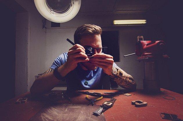 JAKUB ŠREJMA a RICHARD KOUBEK jako první vČeské republice vyrábějí dřevěné hodinky. Dílnu mají vLiberci vRochlici.