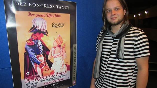 VEDOUCÍ KINA Petr Gondkovský s plakátem prvního filmu, který se v budově kina promítal před 85 lety, tedy 19. 11. 1931.