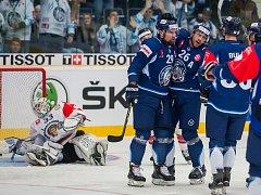 Utkání osmifinále hokejové Ligy mistrů se odehrálo 31. října v liberecké Home Credit areně. Utkaly se celky Bílí Tygři Liberec a Frölunda Indians. Na snímku je radost hokejistů Liberce, zleva je Lukáš Krenželok (29) a Petr Jelínek.