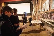 Dražba obrazů a fotografií libereckého umělce Saona v kině Varšava.