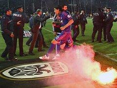 JAKO V PEKLE. Letos se na stadionu PAOKu kvůli výtržnostem fanoušků nedohrál zápas domácího poháru s Olympiakosem Pireus.