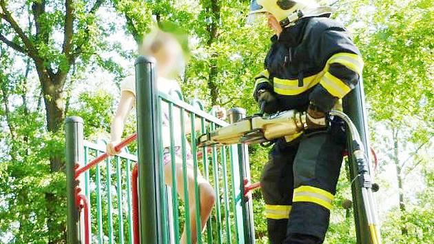 Dvanáctiletá dívka zůstala v neděli uvězněna v zábradlí jedné z atrakcí dětského hřiště v Liberci – Kristiánově. Nakonec museli přijet hasiči a příčle roztáhli hydraulickým rozpínákem.