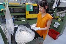 Práce v továrně. Ilustrační foto