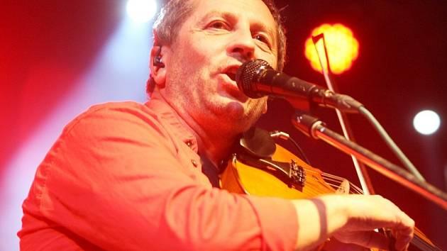 Houslista, zpěvák a hudební skladatel Karel Holas.