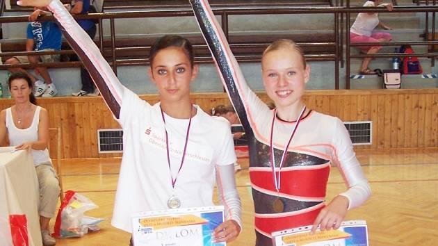 Vlevo starší žákyně Markéta Pilnáčková (stříbro) a Adéla Procházková (bronz).
