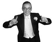 ONDŘEJ HAVELKA. Režisér, herec, zpěvák, tanečník a frontman swingového orchestru Melody Makers.