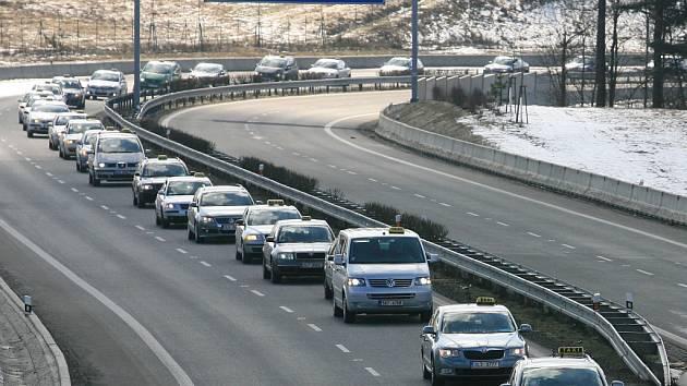 Pietní jízda za zavražděného taxikáře.