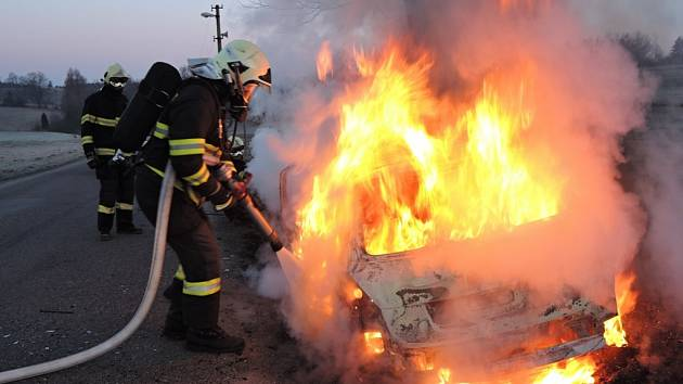 Auto pohltily plameny.