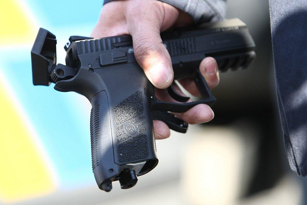 Zbraň, ze které se střílelo.