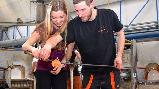 Finalistky si zkoušejí vyrobit misky ve sklářské huti Vyšší odborné školy sklářské v Novém Boru.