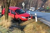 Náledí potrápilo řidiče v Albrechticích u Frýdlantu.