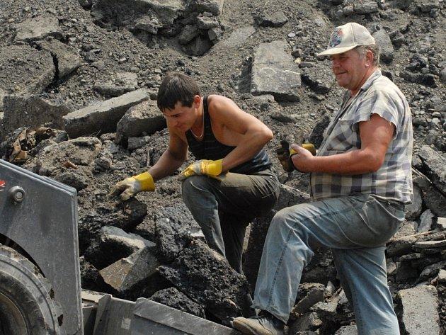 NSPEKCE. Dvě firmy zpracovávají poblíž obytné zóny v Krásné Studánce asfalt a stavební suť.