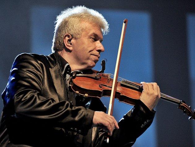 Kvalitní hudební nabídku letošního léta na Liberecku zahájil v sobotu mimořádný koncert na zámku Sychrov. Hlavní hvězdou projektu Vivaldiano byl houslový virtuos Jaroslav Svěcený.