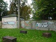 Oprava zdí v parčíku Komenského ulici.
